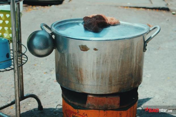 Nồi cháo luôn được đặt trên bếp than củi luôn được giữ nóng để đợi chờ những người qua đường