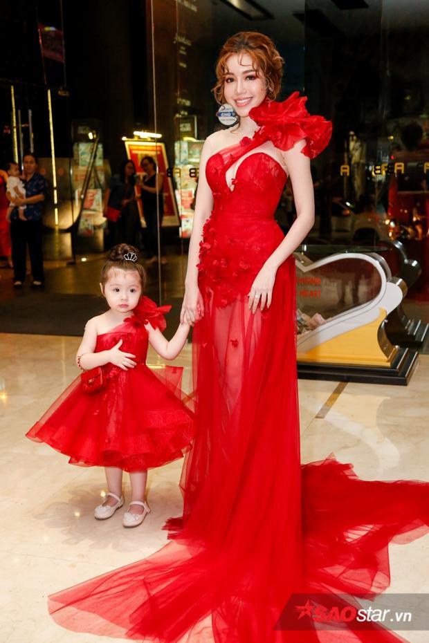 Elly Trần và con gái vô cùng nổi bật tại sự kiện.