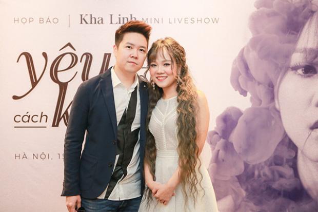 Nam ca sĩ đến chúc mừng ca sĩ Khả Linh.