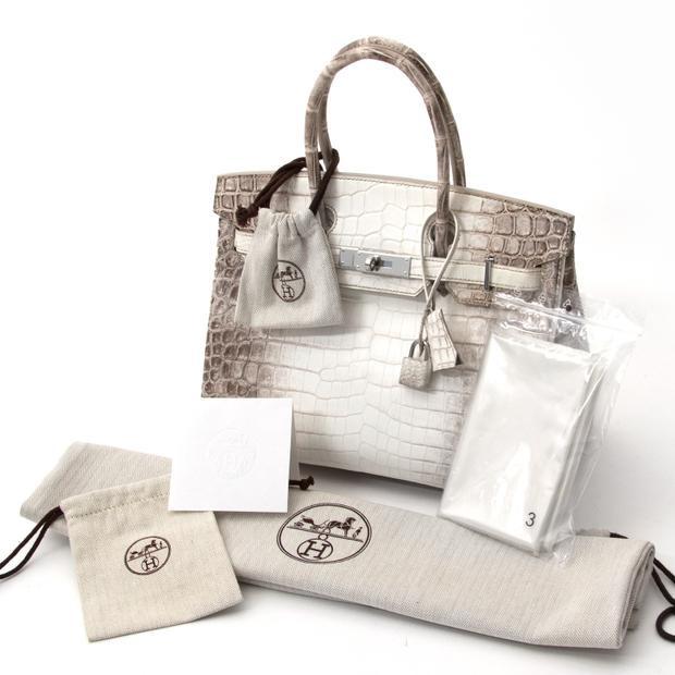 Chiếc túi Hermès Himalayan Crocodile Birkin lần đầu được giới thiệu vào năm 2014 và ngay lập tức trở thành chiếc túi đắt nhất với giá thành rơi vào khoảng 180.000 USD. Thậm chí, tại một phiên đấu giá ở Hong Kong, nó đã được mua với giá hơn 300,000 USD (khoảng 6,9 tỷ đồng).