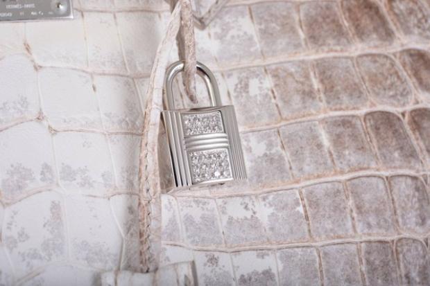 Phiên bản siêu đặc biệt với chiếc ổ khoá gắn trên túi được làm bằng vàng trắng 18 carat và nạm 40 viên kim cương tròn rực rỡ, tổng cộng 1,64 carat.