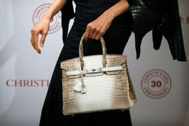 """Hermès Birkin là một biểu tượng cho sự xa xỉ, là thứ phụ kiện của tầng lớp thượng đẳng với kho tiền chất cao như núi. Nói ngắn gọn, không giàu đến mức """"tiền tạ tiền tấn"""" thì đừng mong có được túi Birkin."""