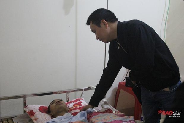 Nhà báo Ngô Bá Lục đến động viên Nguyễn Khắc Thái, chàng bác sĩ trẻ gặp nạn trên đường đi tình nguyện.