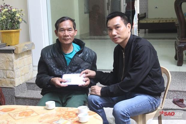 Nhà báo Ngô Bá Lục trao tiền ủng hộ của những tấm lòng hảo tâm cho bác Nguyễn Khắc Ngó.
