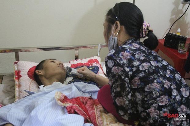 Một tín hiệu tốt đó là khi mẹ Thái lấy xi lanh to bơm nước vào miệng, Thái đã bắt đầu biết nuốt nước.