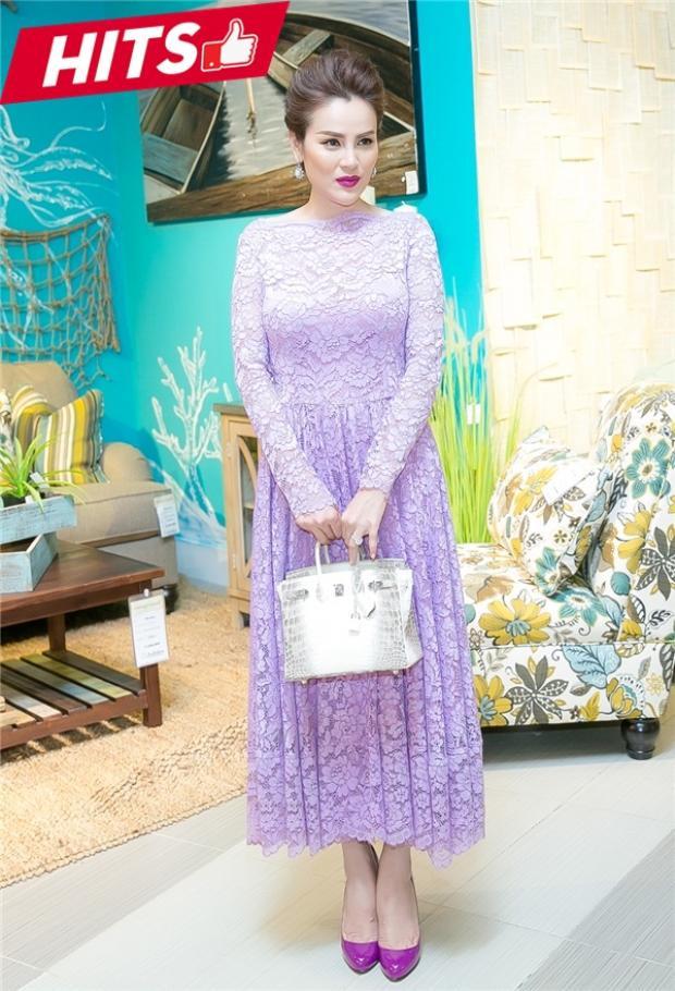 Người đẹp Phương Lê trẻ xinh với váy ren phớt tím lãng mạn. Chiếc túi Hermes Himalayantrở thành điểm đắt giá cho tổng thể set đồ.