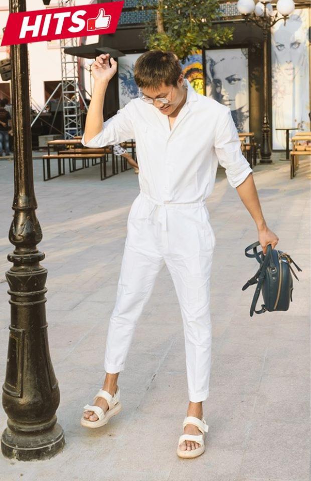 Tông trắng lên ngôi tuần qua khi rất nhiều các tín đồ thời trang lựa chọn từ phom dáng tới chất liệu. Stylist Bảo Trung cũng nằm trong số đó khi anh chọn set đồ liền thân của NTK Phi Phạm, trẻ trung mà vẫn tạo nên sự khác biệt.
