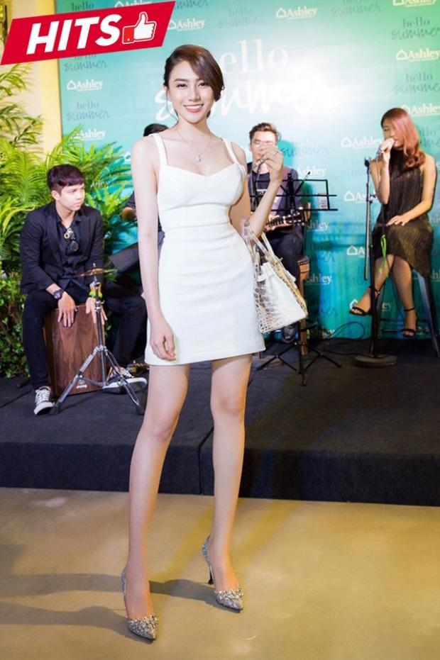 """Lê Hà đơn giản với váy trắng chít eo khoe vòng 2 thon gọn. Chiếc túi """"cá sấu bạch tạng"""" được cô mix tông xuyệt tông, mang lại vẻ ngoài sang chảnh cho chân dài."""