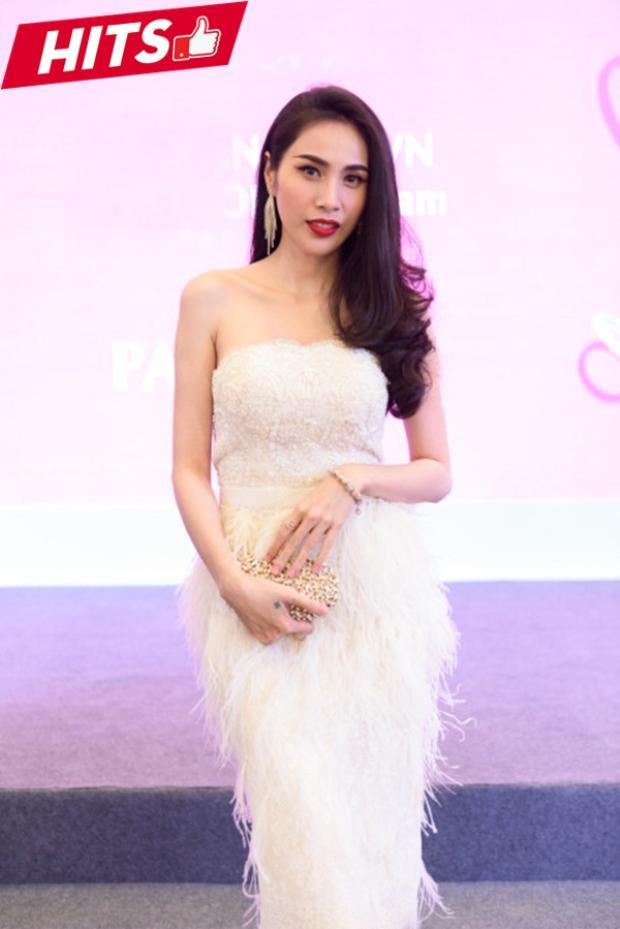 Thủy Tiên đẹp tinh khôi với đầm trắng cụp ngực cùng chân thiết kế lông vũ mềm mại. Đây là thiết kế được rất nhiều mỹ nhân Việt lựa chọn.