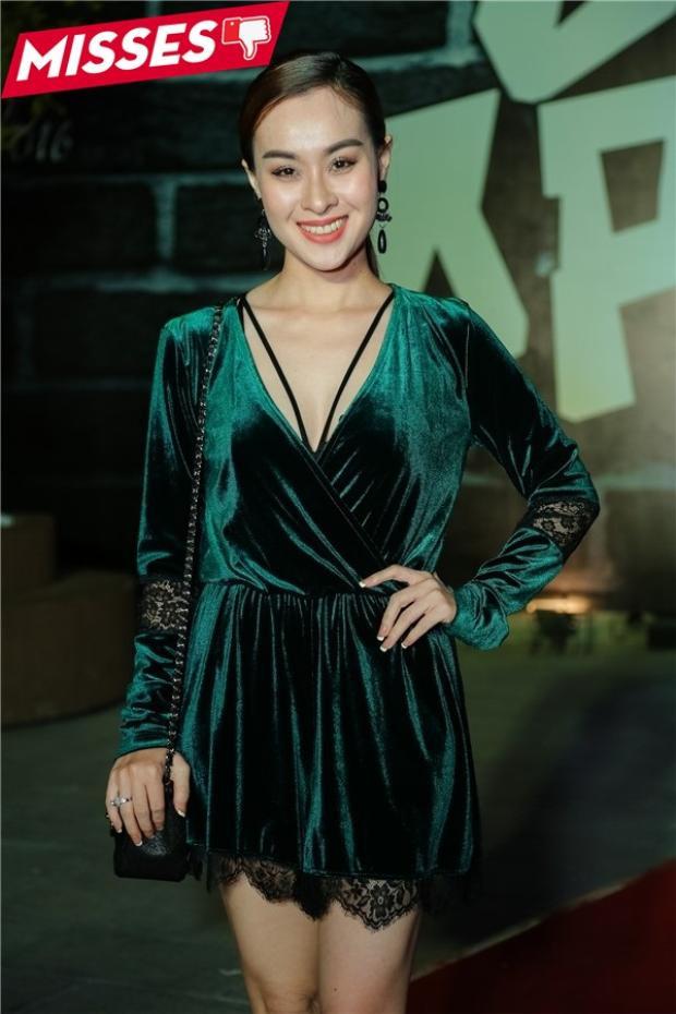 Thúy Nga (cựu thành viên Mắt Ngọc) diện váy nhung theo xu hướng của phái đẹp. Thế nhưng, chiếc váy size rộng như khiến cô bị nhấn chìm và luộm thuộm hơn với vòng eo như… 90cm.