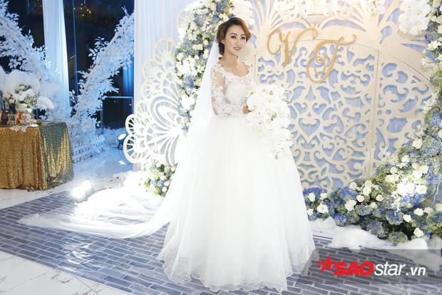 Kellie thay bộ váy cưới thứ 2, chuẩn bị để làm lễ.
