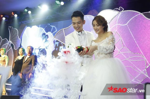 Cặp đôi tiến hành các nghi thức trong đám cưới như trao nhẫn, rót rượu.