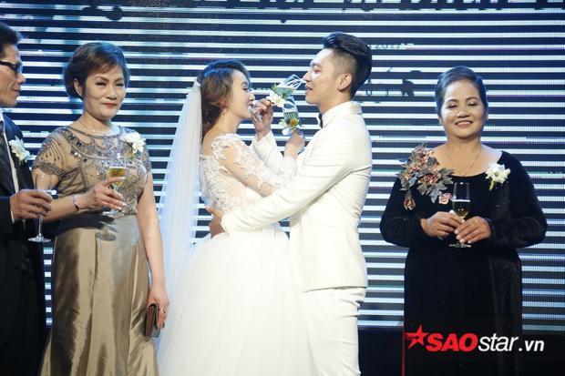 Mai Quốc Việt hạnh phúc hôn bà xã đắm đuối trong ngày cưới