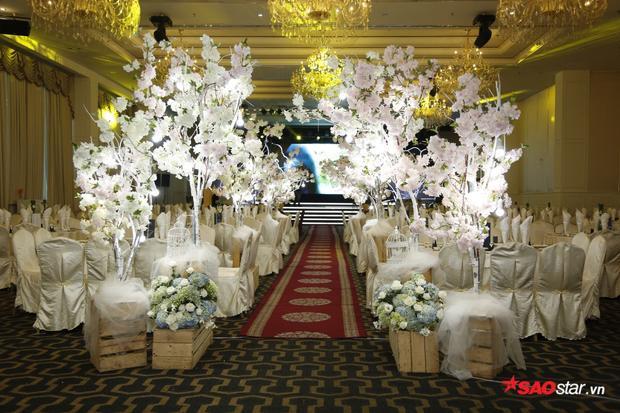 Khung cảnh tiệc cưới rất lộng lẫy, sang trọng.