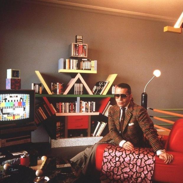 Tín đồ cuồng tín của nội thất Memphis chính là nhà thiết kế trứ danh của Chanel Karl Lagerfield. Ông chính là người sở hữu chiếc kệ Carlton nguyên thủy.