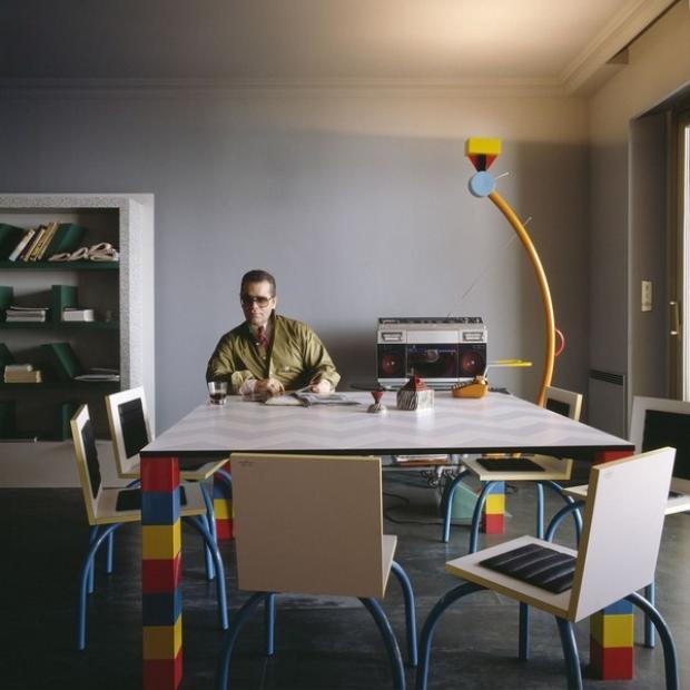 Karl yêu thích phong cách này đến nỗi đã quyết định trung thành và trang trí nguyên căn hộ của ông theo Memphis. Bạn có thể dễ dàng nhận ra cái tủ Carlton signature của Ettore Sottsass từ năm 81, có giá 15000$ USD