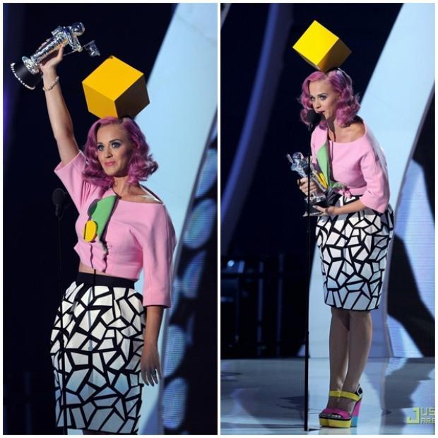 Sau đó đã được Katy Perry diện lại nguyên cây tại MTV Video Music Awards