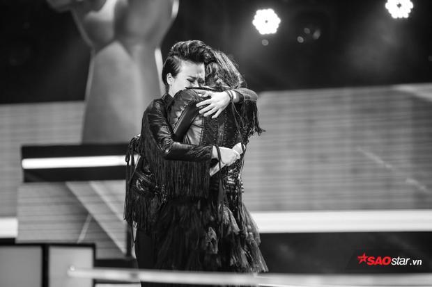 """Trước những giây phút """"một mất một còn"""", cả 2 không kiềm được cảm xúc và ôm nhau bật khóc nức nở ngay sau phần thi."""