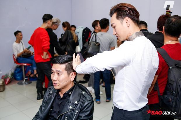 Trong khi đó, MC Thành Trung cũng trổ lại làm tóc cho giám khảo Hồ Hoài Anh.