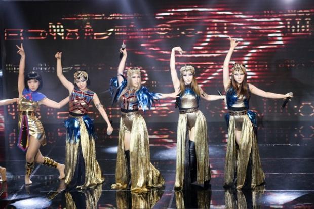 LipB khoe vũ đạo múa dẻo trên sân khấu không kém cạnh một dancer chuyên nghiệp nào.