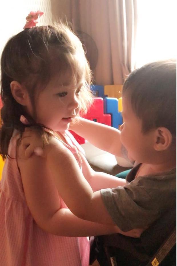 Trong khi đó, ở nhà thì bé lại tỏ ra là cô chị cả cực kỳ cưng chiều em trai.