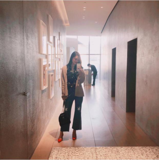 """Sulli chọn kiểu áo bèo nhún - một kiểu áo """"sến"""" kết hợp với quần cộc ống loe họa tiết hình hoa lá. Cô nàng tô đậm cho phong cách bà cô bằng một đôi giày màu cam sặc sỡ."""