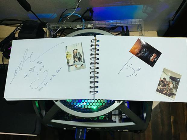 Nam đạo diễn còn ký tặng vào sổ lưu niệm của Hồ Ngọc Hà.