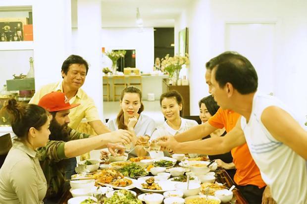 Hết thân mật với Ngô Thanh Vân, đạo diễn Kong: Skull Island còn được Hồ Ngọc Hà mời đến ăn tối