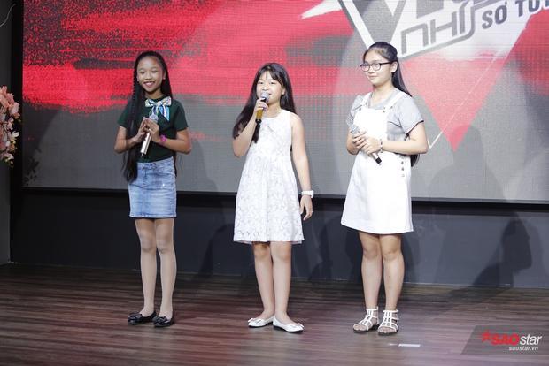 """Thiện Nhân, Mai Anh, Thùy Dung thể hiện ca khúc Ba kể con nghe """"làm nóng"""" khán phòng."""
