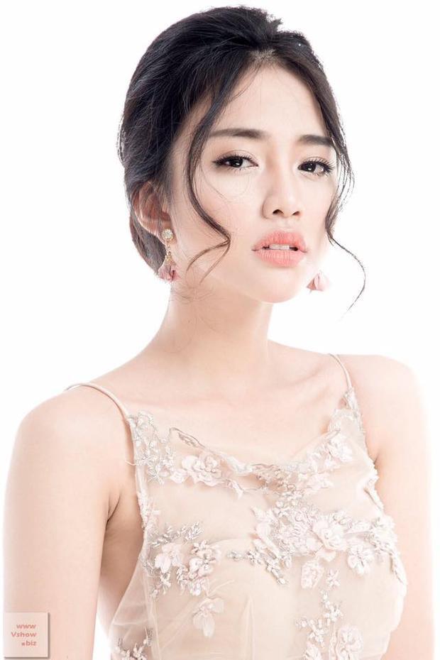 Nguyễn Thiên Nga: Thiên Nga có khuôn mặt đẹp sắc sảo, số đo nóng bỏng 88-62-93 cùng chiều cao 1m7, là một lợi thế lớn khi làm người mẫu ảnh, người mẫu quảng cáo. Cô nàng là diễn viên chính trong loạt phim sitcom Gia đình là số 1 đang thu hút sự chú ý. Thiên Nga cũng đóng chính trong quảng cáo bột giặt Aba mới đây, cũng là TVC gây nhiều dư luận.