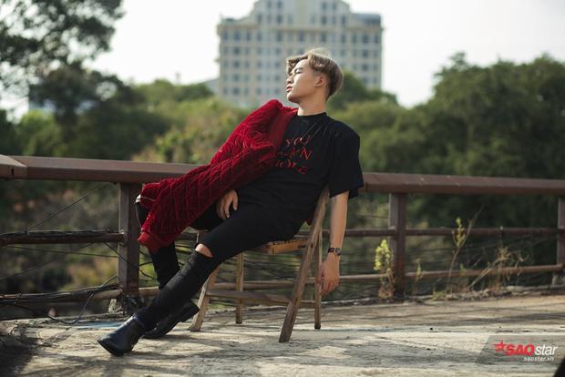 Ali Hoàng Dương rất chuyên nghiệp trong cách tạo dáng và biểu diễn trước ống kính.