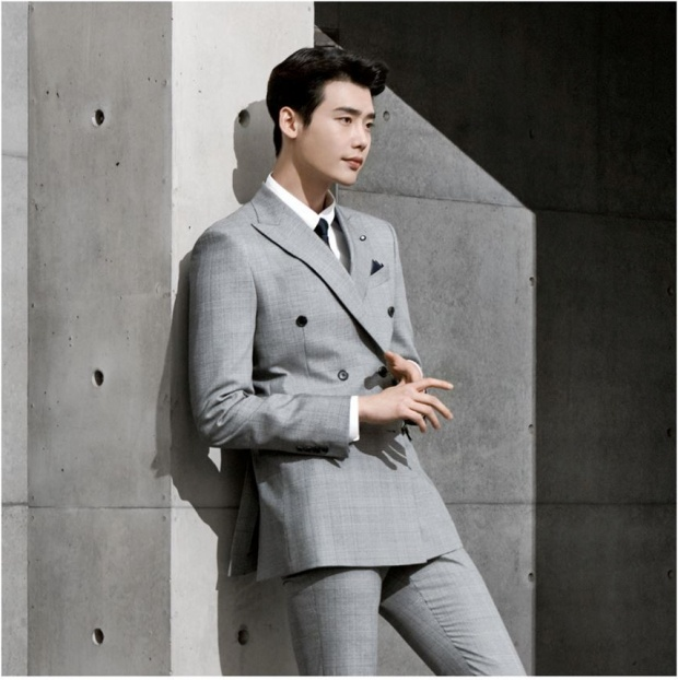 Lee Jong Suk thật điển trai trong bức ảnh quảng cáo.