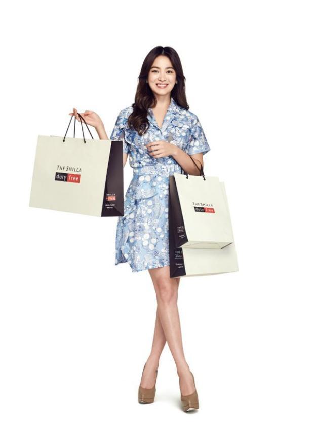 Còn Song Hye Kyo có thể kiếm hơn 20 tỉ chỉ với hợp đồng quảng cáo cho nhãn hiệu Shin Shilla Duty Free.