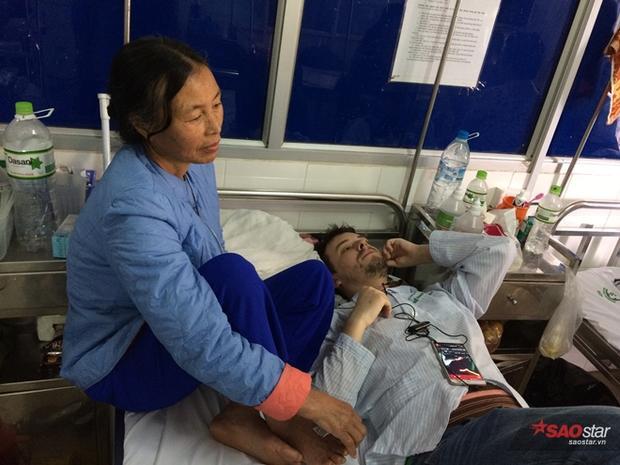Bà Bình nén đau xót, thay con gái chăm sóc Martin cả tuần nay trong bệnh viện.