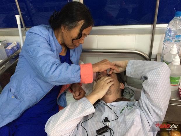 Bà Bình nhỏ thuốc mắt cho con rể. Ngôn ngữ bất đồng khiến việc giao tiếp giữa hai người tương đối khó khăn.