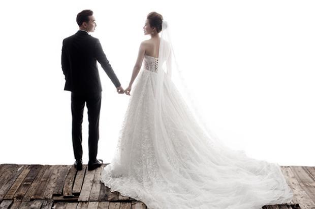MC Thành Trung âu yếm hôn vợ sắp cưới 9X trong bộ ảnh cưới lãng mạn