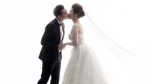 Bộ ảnh cưới được thực hiện bởi nhiếp ảnh gia: Milor Tran, váy cưới: White Peony, Suit: Cao Tailor, Product: Happy.co
