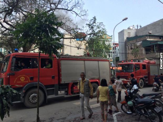 Do ngõ 254 Minh Khai, nơi xảy ra vụ cháy khá nhỏ nên xe cứu hỏa chưa tiếp cận được hiện trường.Ảnh: Facebook