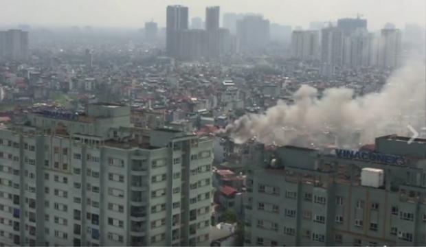 Cột khói ở đám cháy được nhìn thấy rõ ràng từ trên cao.