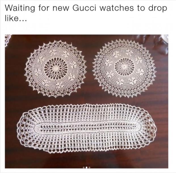 """""""Cảm giác khi ngồi đợi đồng hồ mới của Gucci.."""" - những tấm khăn trải bàn vô tình tạo thành một gương mặt khá biểu cảm. Một con người đang """"mất ăn mất ngủ"""" để săn được đồng hồ mới từ Gucci."""