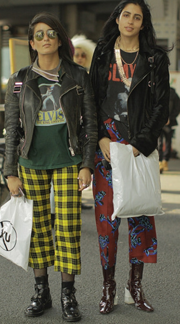 Điểm đặc biệt của hai bộ trang phục này là cách phồi tương tự nhau mặc dù màu sắc nồi bật và tương phản nhưng vẫn có nét tương đồng. Caro cùng họa tiết, jaket da và boot? Hợp rơ cạ cứng quá phải không ?