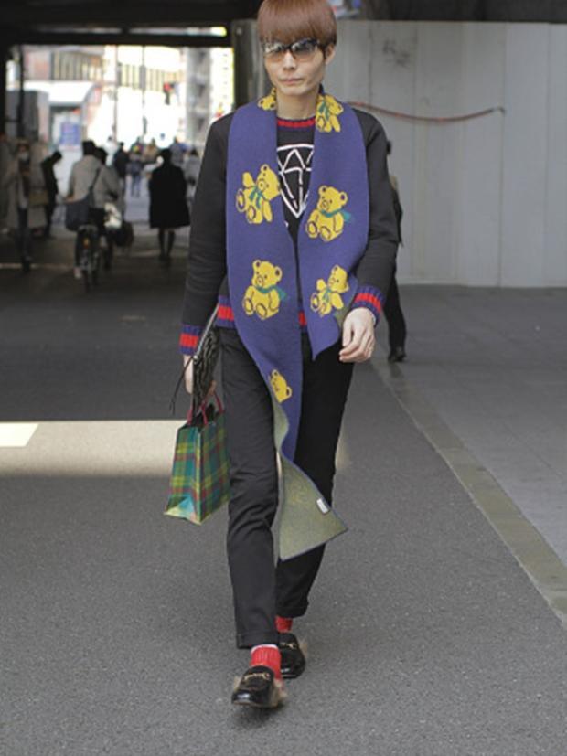 Sử dụng tông màu nổi bật đỏ và tím, set đồ của cô bạn này lạ mắt với khăn choàng và đôi giày kinh điển của Gucci