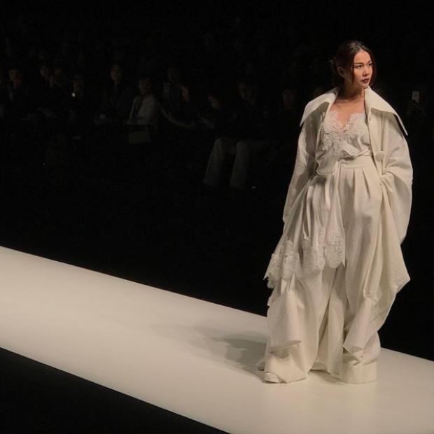 Hình ảnh mới nhất của siêu mẫu Thanh Hằng trong bst của NTK Công Trí tại show diễn Tokyo Fashion Week 2017