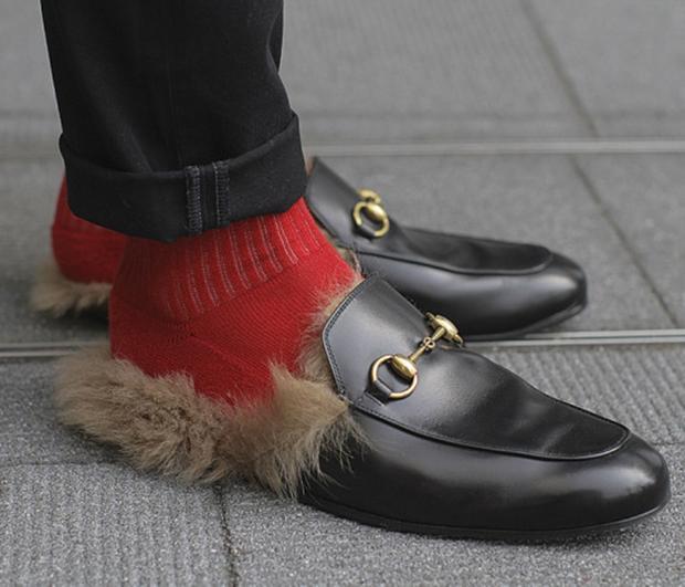"""Đôi loafer của Gucci đã theo chân các tín đồ thời trang """"check-in"""" khắp mọi nơi"""