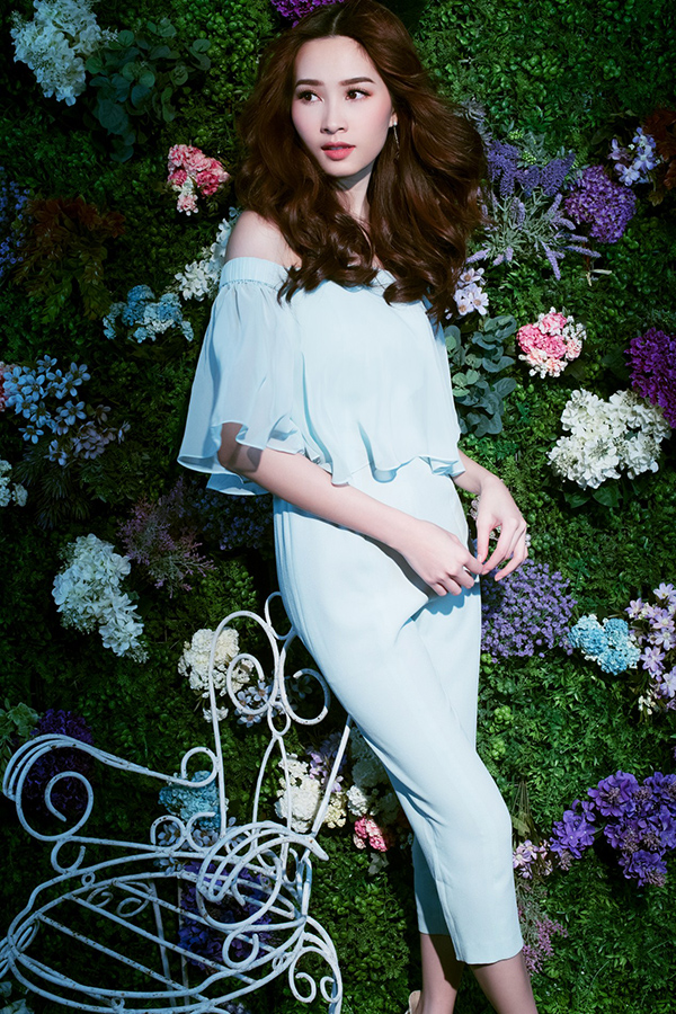 Hơn nữa, Thu Thảo cũng rất được yêu thích bởi gu thời trang nhẹ nhàng trang nhã và sang trọng.