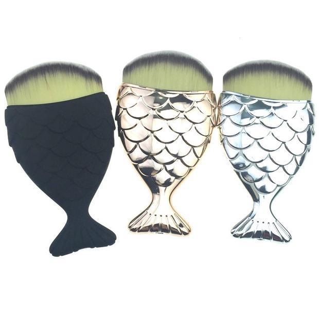 Công ty sản xuất Chubby Mermaid Brushtại Úc cho biết giá bán của em chổi này là $16 (khoảng 365.000 VND) và để thu hút khách hàng, họ đã tặng kèm cây son $22 (khoảng 500.000 VND) kèm theo sản phẩm. Đặc biệt, chổi tiên cá sở hữu đến 3 phiên bản màu vàng, bạc, đen, quá đẹp lòng các tín đồ trang điểm.