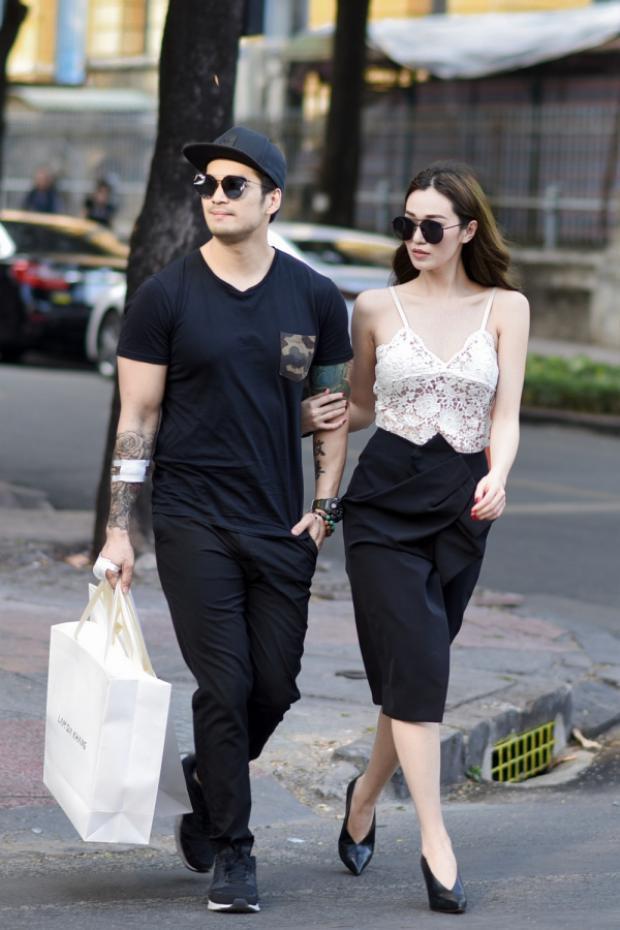 Sau khi rời cửa hàng cả hai cùng nhau đi dạo phố