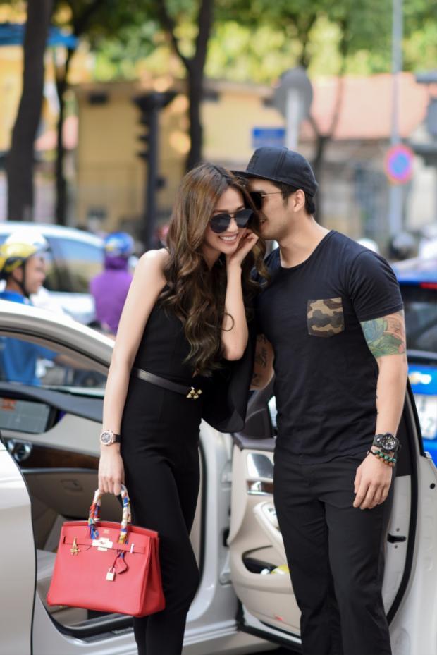 Cả hai thân mật và vui vẻ cùng nhau trước cửa hàng của NTK trẻ
