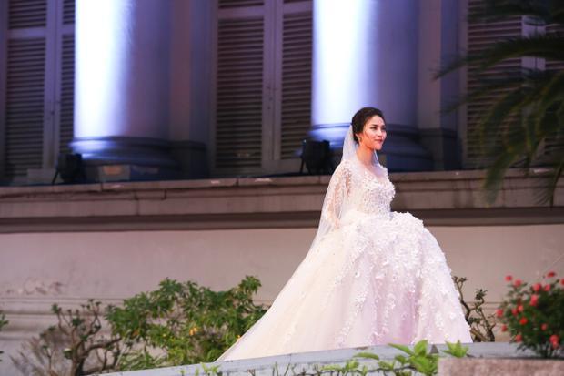 Lan Khuê xinh đẹp trong thiết kế váy cưới màu trắng tinh khôi trên sàn diễn khiến người xem liên tưởng tới hình ảnh của cô dâu đang tiến về lễ đài.