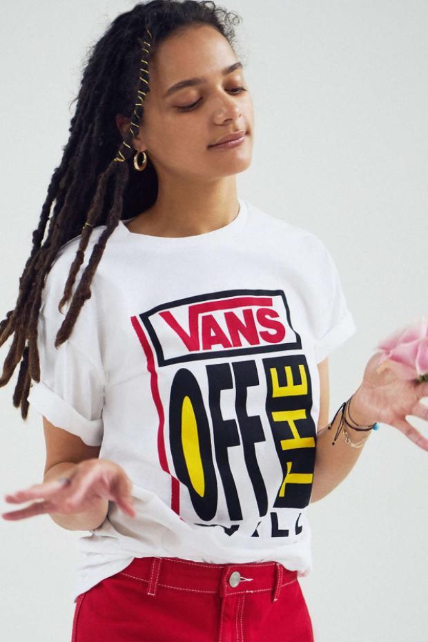 """Có áo thun in hình Gucci lung linh là thế thì cộng đồng streetwear bạn nghĩ sao về chiếc áo thun in logo """" Vans off the wall"""" nổi bật ngay trước ngực như thế này?"""